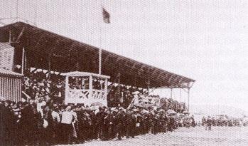 1909 yılının 19 Nisan günü yapılan İzmir yarışları izleyici sayısının çokluğu ile dikkati çekiyor.